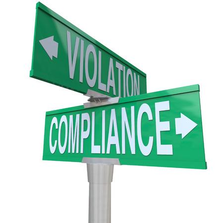 signos vitales: Palabras de cumplimiento y la violaci�n de la carretera o calle se�ales verdes para ilustrar el importante elecci�n entre seguir o ignorar vitales reglas legales, directrices, leyes y reglamentos Foto de archivo