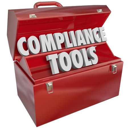 Herramientas de Cumplimiento palabras caja de herramientas de metal rojo para ilustrar importantes habilidades, conocimientos, consejos, información y asesoramiento para el seguimiento de las directrices legales importantes, normas y leyes