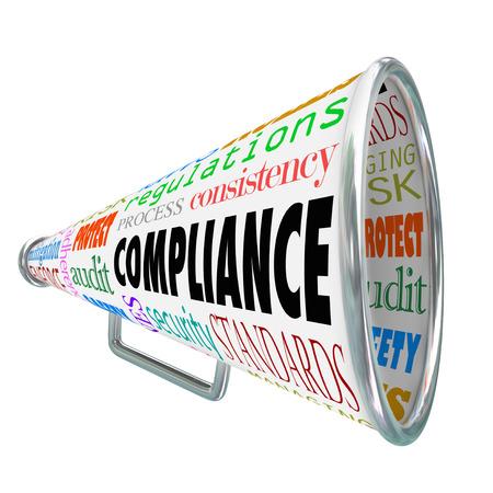governance: Compliance woord over een megafoon of megafoon met verwante termen zoals regels, normen, wetten, richtlijnen, beleid, proces, consistentie, regelgeving, controle, beveiliging, veiligheid en meer