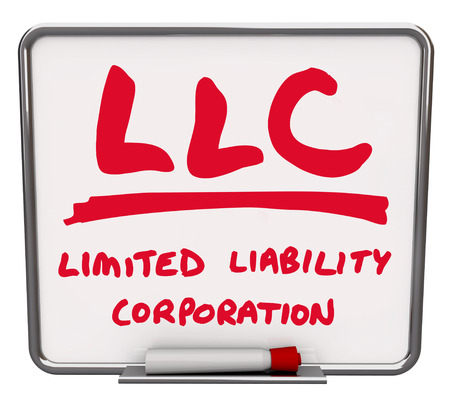 business model: LLC Limited Liability Corporation woorden op een geïllustreerde droge wissen bord met rode marker te verklaren en definiëren van een business model dat rechtsbescherming biedt en is eenvoudig te beheren