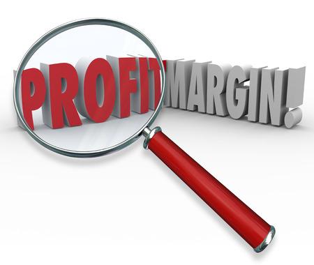 margen: Los márgenes de beneficio palabras bajo una lupa para ilustrar una búsqueda de grandes ganancias y crecimiento de sus ingresos mediante la venta de productos y de trabajo de manera eficiente
