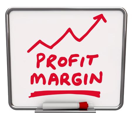 margen: Palabras Profit Margin y una flecha ascendente dibujado en una pizarra de borrado en seco con marcador rojo o un bolígrafo para ilustrar un aumento en las ganancias netas o en dinero hechas por un negocio o empresa