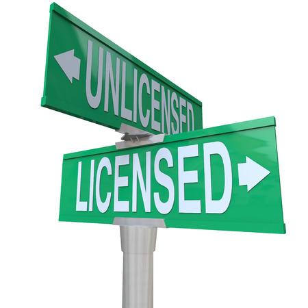 Licensed vs zonder vergunning woorden op twee manier groene weg of straatnaamborden te illustreren het kiezen van een gecertificeerd of officieel erkende professionele service