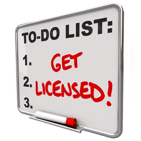 Krijg Licensed woorden op een to-do lijst boord om te illustreren de noodzaak om een officiële goedkeuring, of een vergunning te krijgen Stockfoto