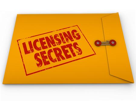 Licensing Secrets woorden op een gele vertrouwelijk geclassificeerde envelop