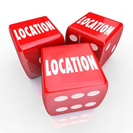 dados: Ubicaci�n palabras en tres dados rojos para ilustrar las apuestas, juegos de azar o arriesgarlo todo en la b�squeda de la mejor zona, la comunidad o barrio para vivir