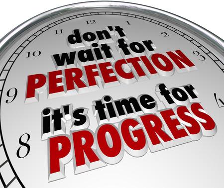 Warten Sie nicht auf Perfektion, ist es Zeit für den Fortschritt Wörter in einem Sprichwort oder Zitat auf einem Zifferblatt, um die Bedeutung der jetzt handeln, um voranzukommen und Verbesserung zu erreichen, statt Zaudern zu veranschaulichen