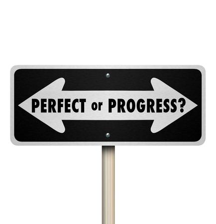 Signe de route de flèche ou de la rue parfaite ou progrès pour illustrer les différents chemins opposés de viser la perfection et retarder ou avancer progresser sans attendre la perfection