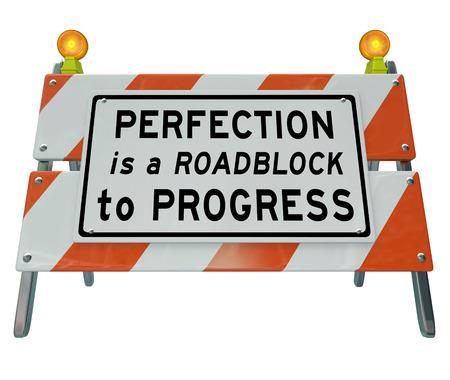 La perfección es un obstáculo para la marcha de las palabras en una barrera de la construcción de carreteras o la barricada para ilustrar que un impulso hacia un resultado perfecto que puede paralizar de actuar o seguir adelante Foto de archivo