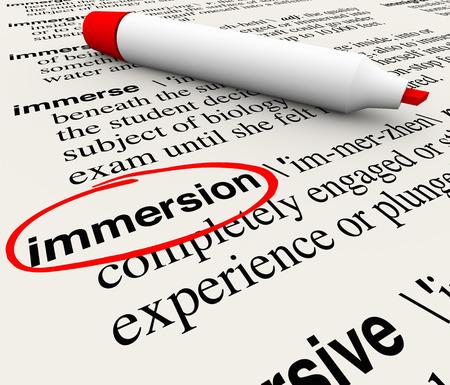 involving: Parola Immersion e definizione cerchiato in una pagina del dizionario con un pennarello rosso per illustrare una sensazione di coinvolgimento totale o esperienza