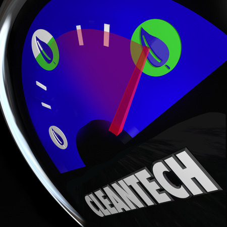 Cleantech Wort auf einer Kraftanzeige und Blatt-Symbol, um eine neue, innovative Energiegeschäft, die die Ressourcen der erneuerbaren Energiequellen wie Wind, Wasserkraft, Solarenergie und nutzt mehr veranschaulichen