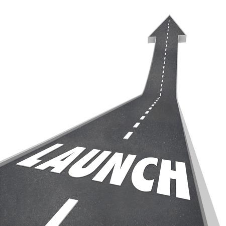 empezar: Palabra lanzamiento en un camino o calle con una flecha apuntando hacia arriba en la direcci�n del �xito a medida que comience o empezar su nuevo producto, empresa o negocio Foto de archivo