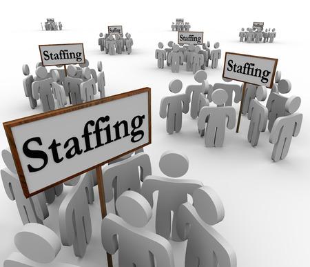 Dotación de personal de la palabra en las señales rodeados de trabajadores o empleados para ilustrar la búsqueda y contratación de personas para cubrir sus posiciones abiertas