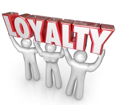 fidelidad: Palabra Lealtad levantado por el equipo de trabajo o los clientes para ilustrar la devoción, la dedicación o la fidelidad a su negocio o empresa