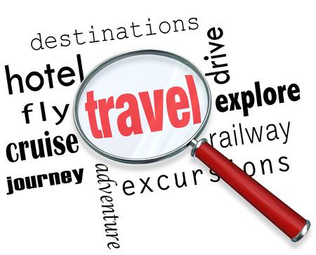 Travel woord onder een vergrootglas om te illustreren het zoeken naar en plannen delen van een vakantie, met woorden bestemming, excursie, reis, verkennen, hotel, vliegen, cruise, rijden en nog veel meer Stockfoto