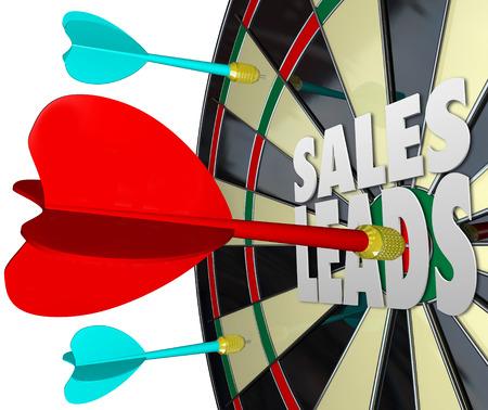 Sales Leads palabras en un tablero de dardos para ilustrar la venta a los clientes potenciales y la búsqueda de nuevos clientes para un negocio o empresa Foto de archivo - 27935288