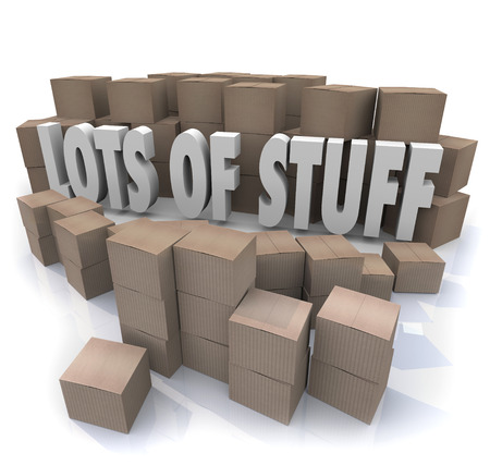 Beaucoup de mots Stuff en lettres 3d illustrés entourés par des piles et des piles de boîtes de carton dans un désordre désorganisé Banque d'images