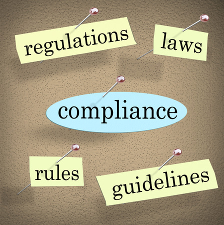 Cumplimiento palabra clavado en un tablón de anuncios con palabras relacionadas, como los reglamentos, normas, leyes y directrices para subrayar la importancia de seguir y cumplir con la industria o normas legales