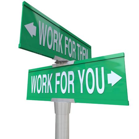 boss: Trabajamos para usted las palabras en una señal de tráfico verde vs trabajando para ellos diciéndote para iniciar su propio negocio nuevo y convertirse en un empresario Foto de archivo