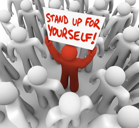 Kom voor jezelf op woorden op een bord gehouden door een enkele man of persoon in een menigte om te illustreren dat een rebel of gaan in staking om uw rechten en rechtvaardigheid te beschermen