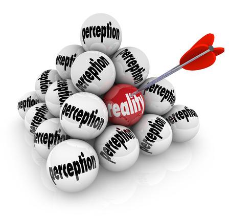 percepción: Percepción y Realidad palabras en una pila de bolas Foto de archivo
