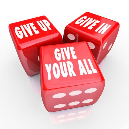 commitment: Give Up, Give In, dar todo palabras de tres dados rojos para ilustrar tener una actitud positiva, compromiso, dedicaci�n y diligencia para completar una tarea o meta