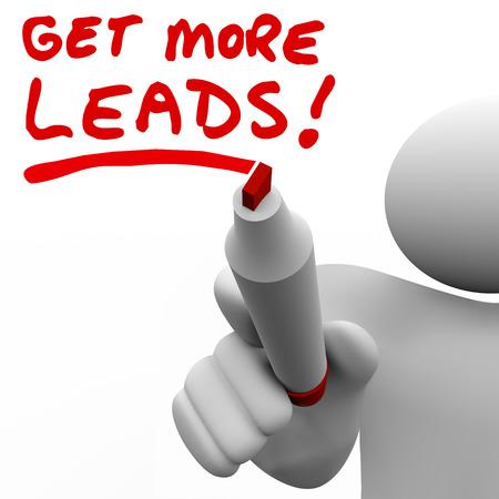 제품의 증가 된 양을 판매하는 더 많은 고객과 잠재 고객을 찾을 필요성을 설명하기 위해 빨간색 마커로 세일즈맨에 의해 쓰여진 더 많은 리드를 가져