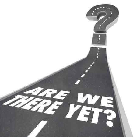 Are We There Yet parole su una strada che conduce a un grande punto interrogativo per illustrare essere perso e si chiede se si è vicino alla destinazione Archivio Fotografico - 28136845