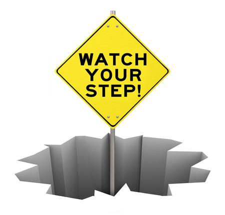 baratro: Guardare il vostro passo su un segnale di avvertimento giallo conficca fuori di un enorme buco, crepa, abisso o fossa per illustrare il pericolo, cautela, pericolo e rischio che dovrebbe essere gestito, prevenire o evitare