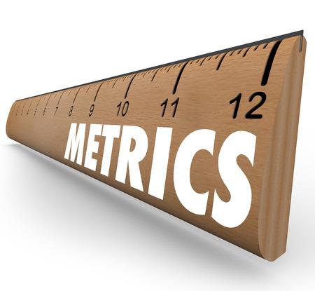 evaluacion: Métricas de palabra en una regla de madera para ilustrar una serie de mediciones, la metodología y las herramientas de evaluación comparativa para evaluar el éxito o el rendimiento Foto de archivo