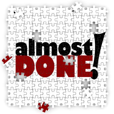 Palabras casi termino en un rompecabezas para ilustrar una meta, misión u objetivo que es incompleta, pero casi terminado, con piezas finales listos para ser colocados