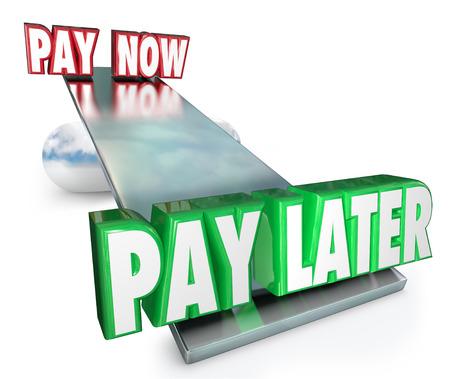 tomar prestado: Pague ahora Vs palabras m�s tarde en un columpio o equilibrar para ilustrar la elecci�n y la decisi�n de pedir dinero prestado o solicitar un cr�dito para la compra de bienes o servicios