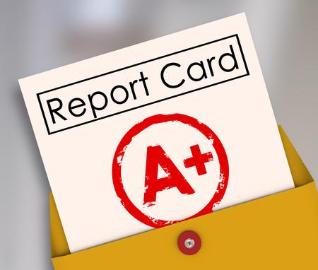 ottimo: Report Card con A + o più impresso su di essa all'interno di una busta gialla per mostrare i risultati, punteggio, evlatuion, valutazione o una recensione per una classe o corso Archivio Fotografico