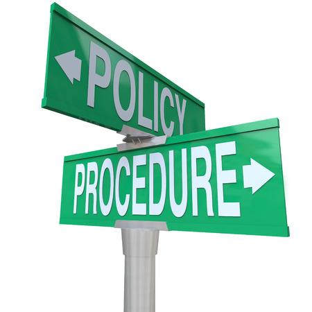 会社の規則と実際の練習は別の方向に行くときに説明するために緑 2 方法道路標識 2 つのポリシーとプロシジャーの交差点 写真素材