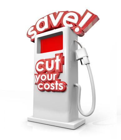 Besparen en uw kosten te verlagen 3d woorden op een tankstation vullen brandstofpomp te illustreren beter mijl per gallon of mpg en geld te besparen Stockfoto