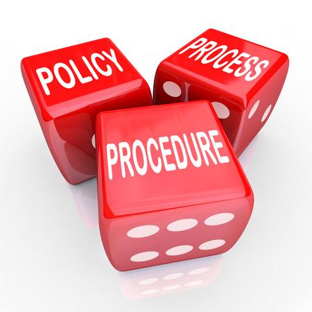 Políticas, procesos y procedimientos palabras en tres dados rojos para ilustrar una empresa o prácticas, reglas y regulaciones de la organización