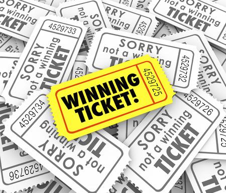 Un boleto ganador en la pila de la pérdida de entradas de lotería o rifa de dinero en efectivo o premios Foto de archivo