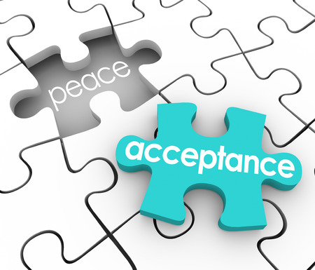 Palabra de aceptación en una pieza del rompecabezas 3d azul y un agujero con la palabra Paz para ilustrar la satisfacción interior y la armonía se siente al admitir o aceptar un defecto o fallo Foto de archivo