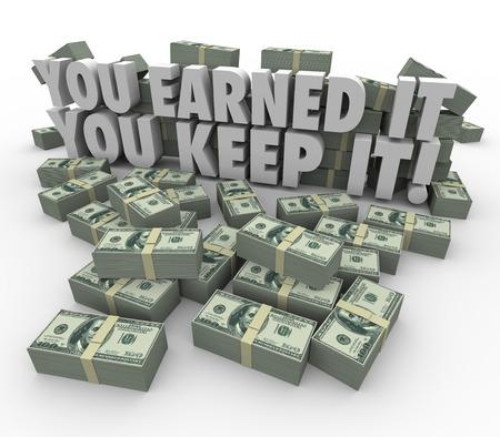 incremento: Usted ganó, lo guardas palabras 3d letras rodeadas por montones o pilas de billetes de cien dólares para simbolizar sus ingresos, ganancias o salarios protegidos de los impuestos y cargos