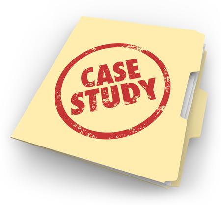 Estudio de caso palabras estampadas en tinta roja en una carpeta de manila para ilustrar un buen ejemplo o la mejor práctica para explorar, leer o estudiar