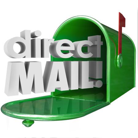 ダイレクト メールの単語 3 d 広告マーケティングのメッセージまたは通信郵便サービスを通じて出荷を説明するために緑の金属のポストから出てく