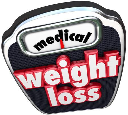 supervisi�n: Palabras de P�rdida de Peso M�dica en una escala para ilustrar la p�rdida de peso con una dieta con la ayuda de m�dicos y supervisi�n profesional incluyendo la medicina y plan nutricional Foto de archivo