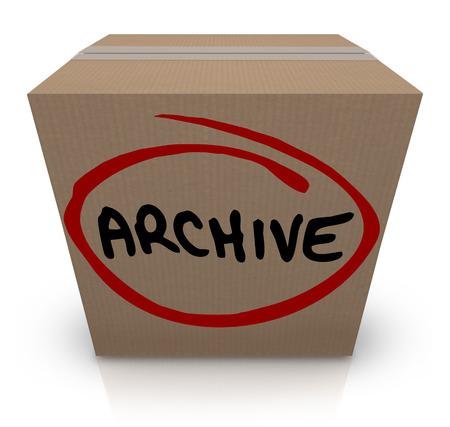 Archief woord geschreven op een kartonnen doos vol documenten, bestanden of andere items weg voor later gebruik opgeslagen