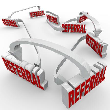referidos: Referidos palabra conectados por flechas para ilustrar un negocio atrayendo a nuevos clientes de la buena palabra de la boca