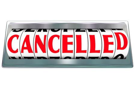 Cancelled woord over brief wijzerplaten of message board om een bericht dat een vlucht, project, programma of ander object is beëindigd, beëindigd of afgebroken communiceren Stockfoto