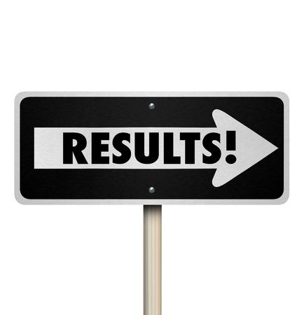 osiągnął: Wyniki słowo na znak drogowy jednokierunkowej strzałką skierowaną do rezultatu, odpowiedzi, odpowiedzi lub ostatecznego werdyktu lub produktu końcowego lub decyzji dla swojej ciężkiej pracy i wysiłków
