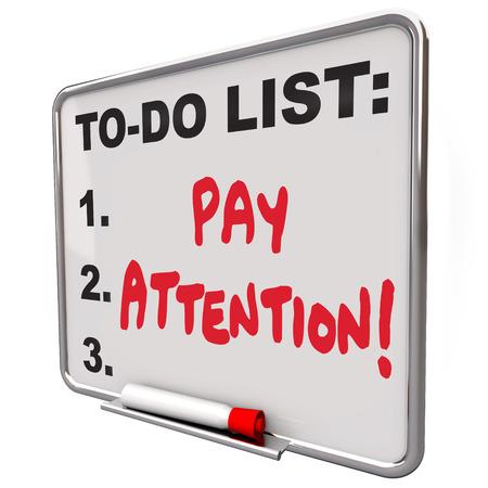 poner atencion: Preste atención las palabras escritas en una pizarra blanca que le dice a ver, escuchar, estar atento y consciente de una conferencia, lección o el mundo que te rodea