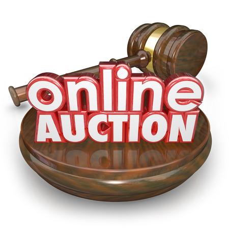 Subasta en Línea palabras 3d en un bloque de madera con un martillo de cerrar la licitación de un elemento en un mercado en el sitio web de Internet en línea