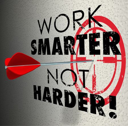 productividad: Trabajar mejor, no más palabras y diana de destino con la flecha golpeando el objetivo de ser más productivos y eficientes en su trabajo, proyecto o tarea Foto de archivo