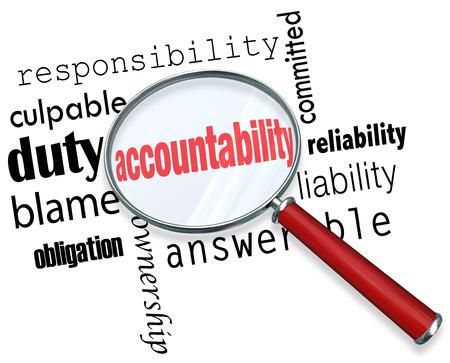responsabilidad: Palabra de Rendición de Cuentas con una lupa en busca de alguien que asuma la responsabilidad, el crédito o la culpa Foto de archivo